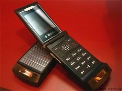 Telefonino che si ricarica a energia solare: HiTech Wealth S116, con fotocamera integrata e player MP3 incorporato.